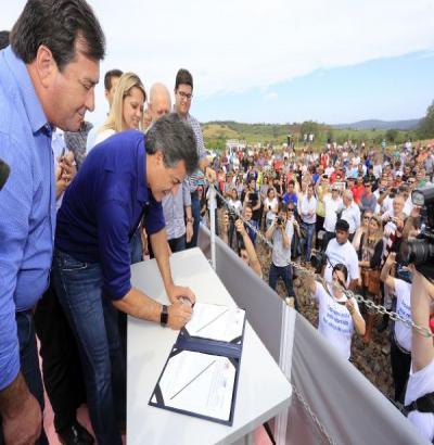 Governador entrega a renovação da licença de instalação da Usina Baixo Iguaçu